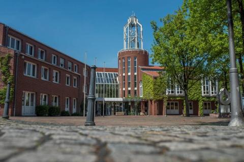 Extern-Gebäude-öffentliche-Plätze-Auftrag-Konietzny-Rathaus-mit-Rathausplatz-3-