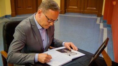 Starogardzianie wpisami do księgi kondolencyjnej oddają hołd zmarłemu Prezydentowi Gdańska